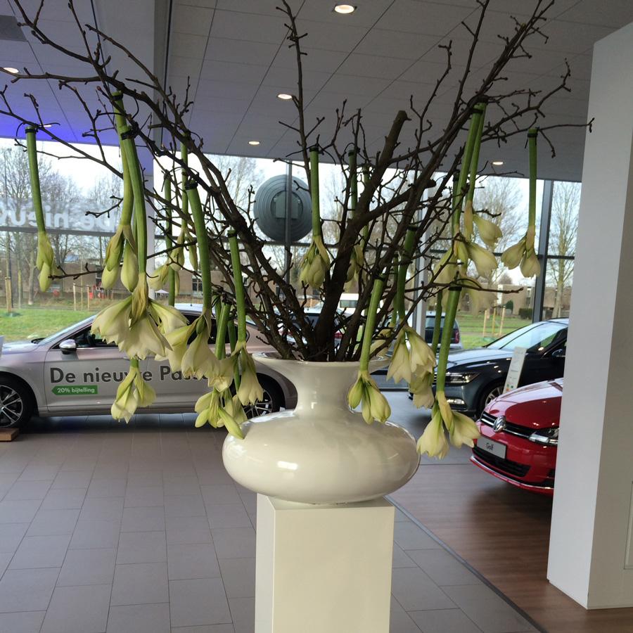 Bloemen en events | Bloemarrangement op vaas bij Autohaas Apeldoorn