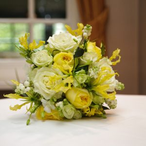 Natuurlijk zacht geel en wit in een ingetogen bruidsboeket