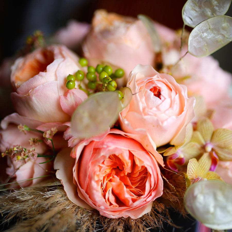 Bruidsboeket met rose rozen en gedroogde judaspenning