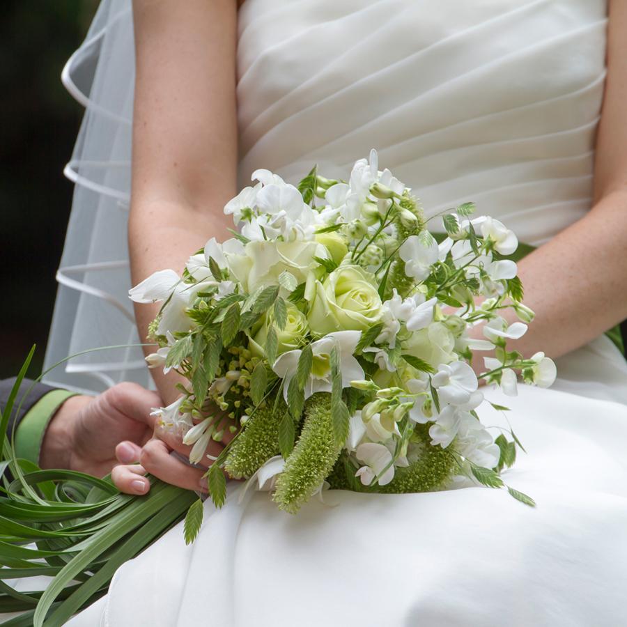 Natuurlijk wit bruidsboeket met rozen en gras
