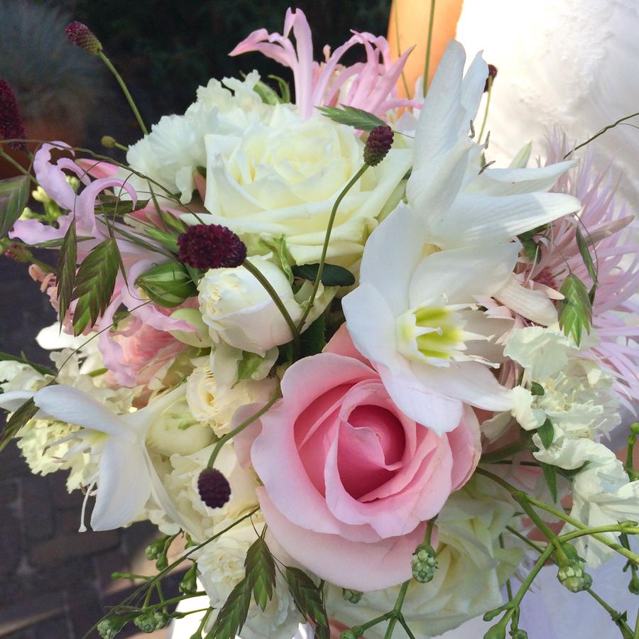 Zacht wit-rose bruidsboeket met rozen