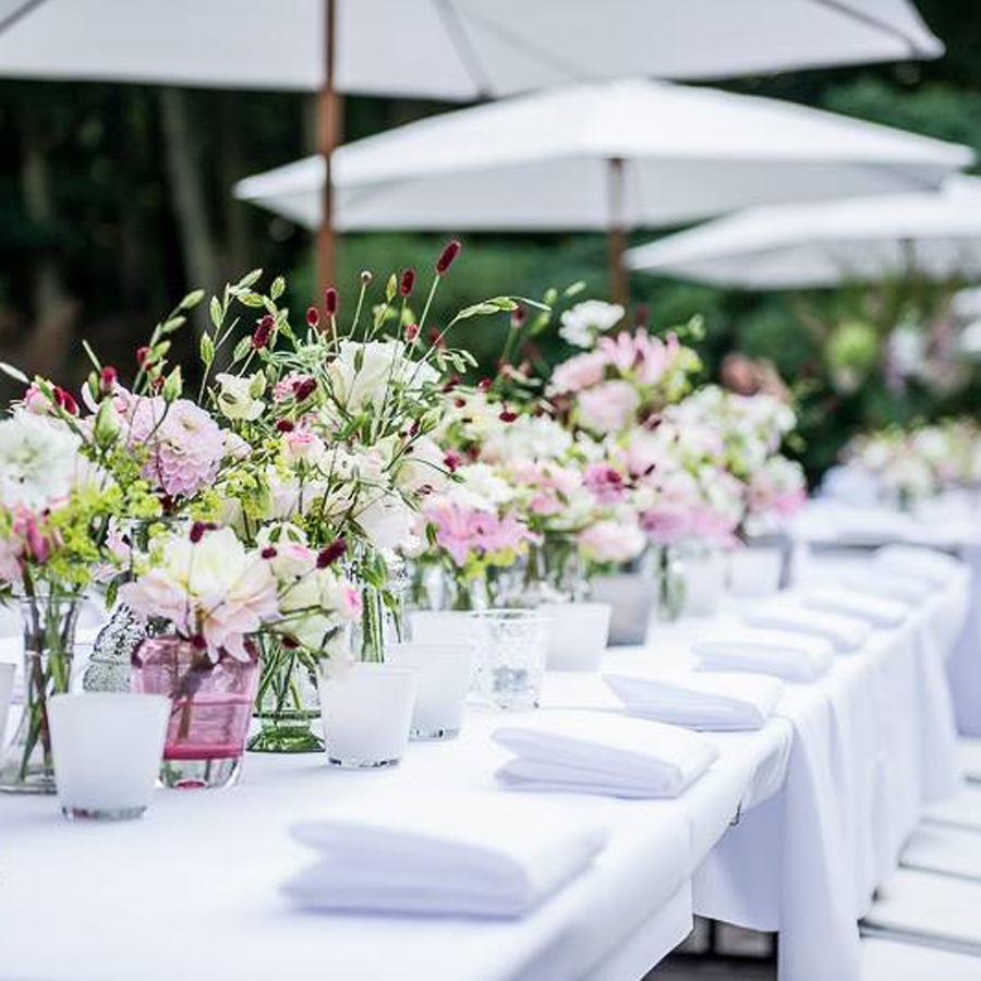Gedekte bruidstafel met zomers bloemarrangement