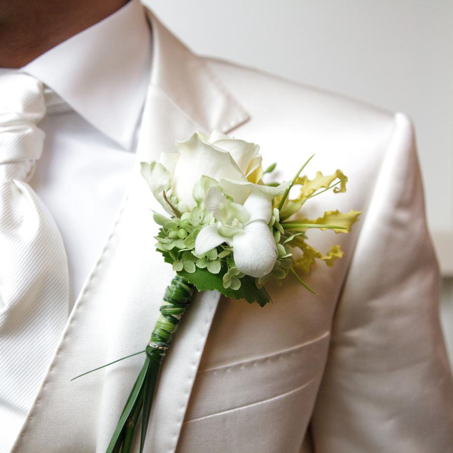 Witte corsage voor de bruidegom