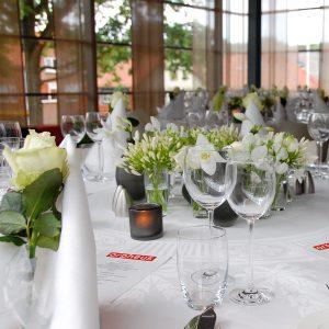 Bloemen en events | Dinertafel aangekleed met bloemen
