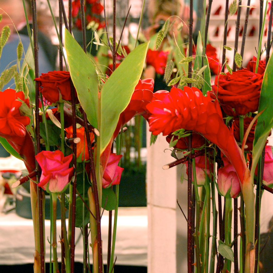 Bloemen en events   Frame arrangement in rood