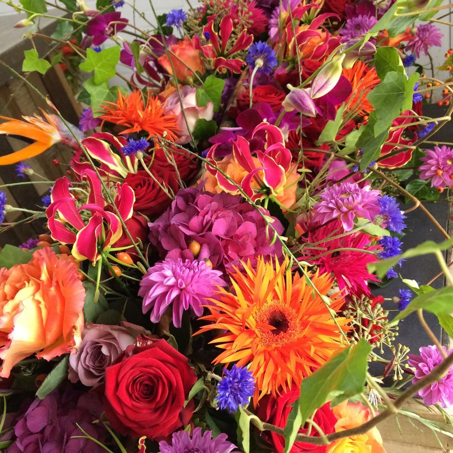 Bloemen bij een afscheid   Gekleurd rouwstuk met korenbloemen