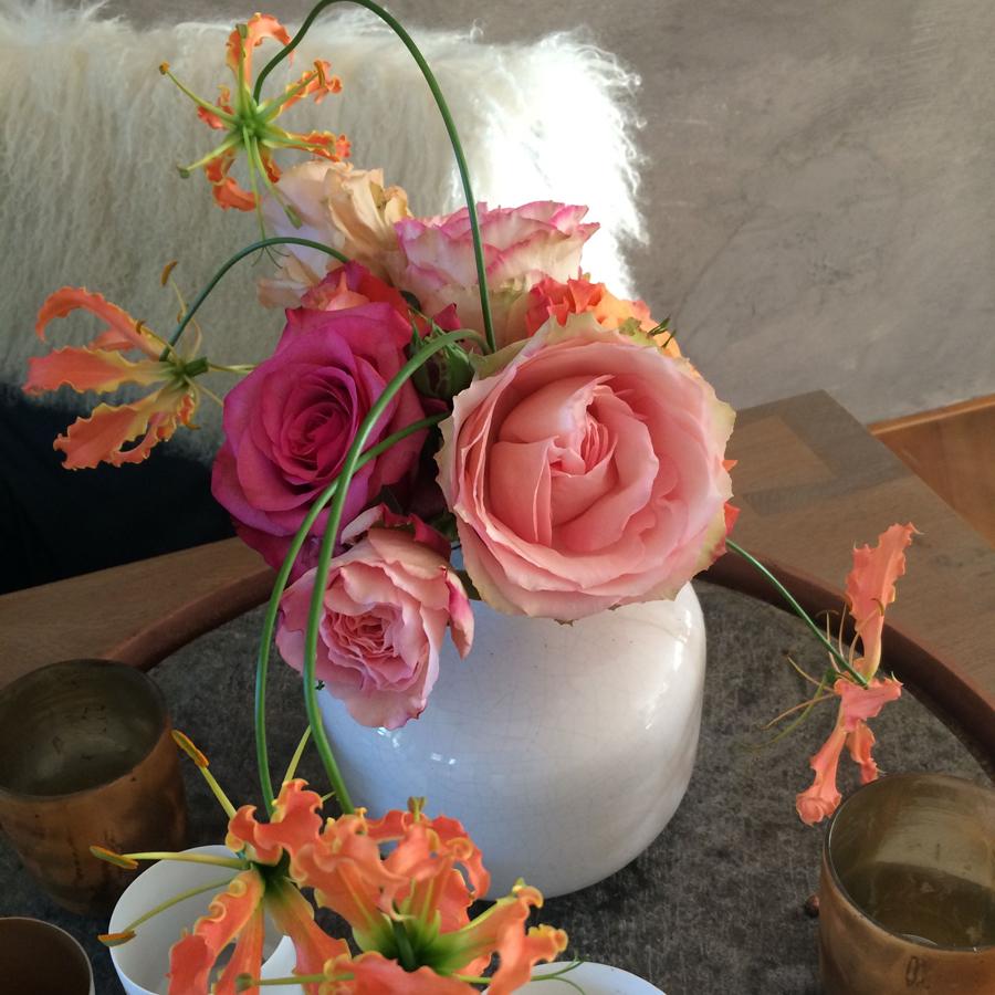 Bloemen in je huis | Rozen en gloriosa op de vaas