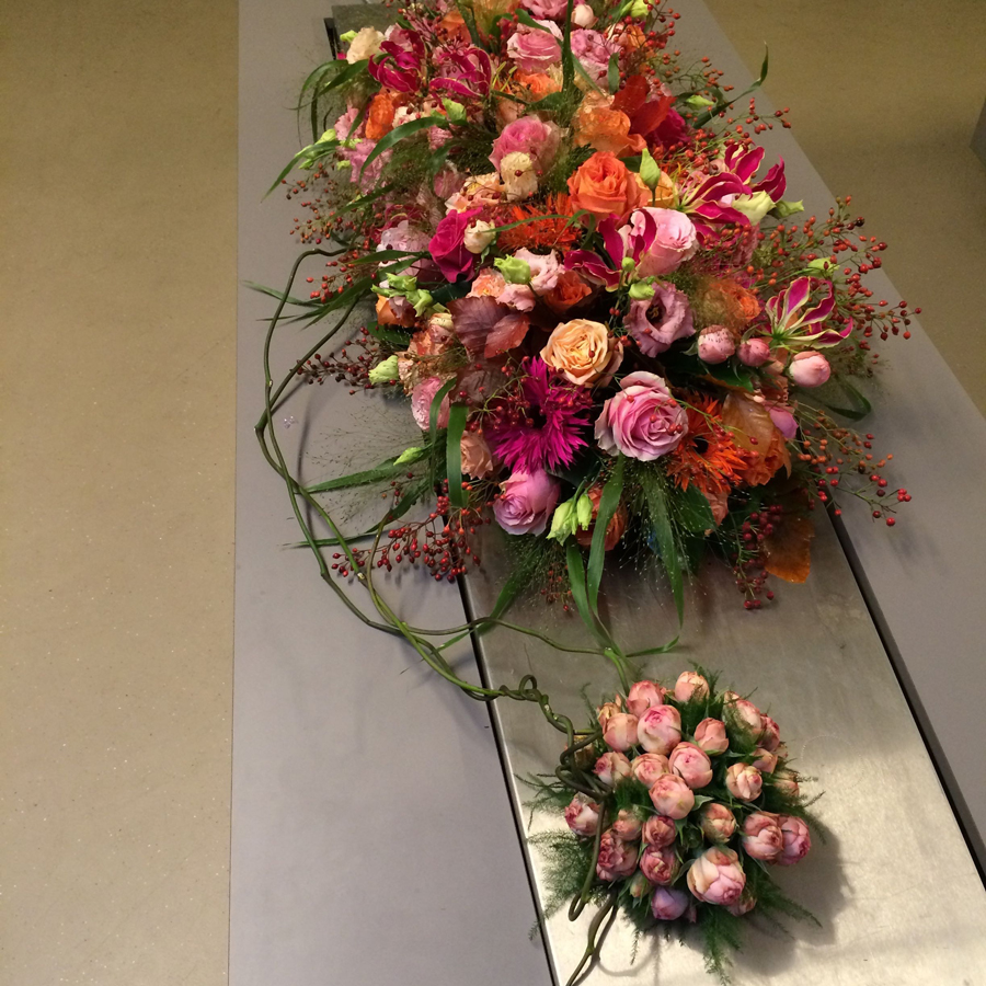 Bloemen bij een afscheid   Rouwstuk met bol - kistbedekking, rouwarrangement
