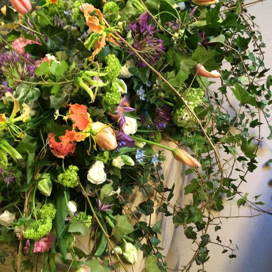 Bloemen bij een afscheid   Kistbedekking rouwdecoratie met hedera