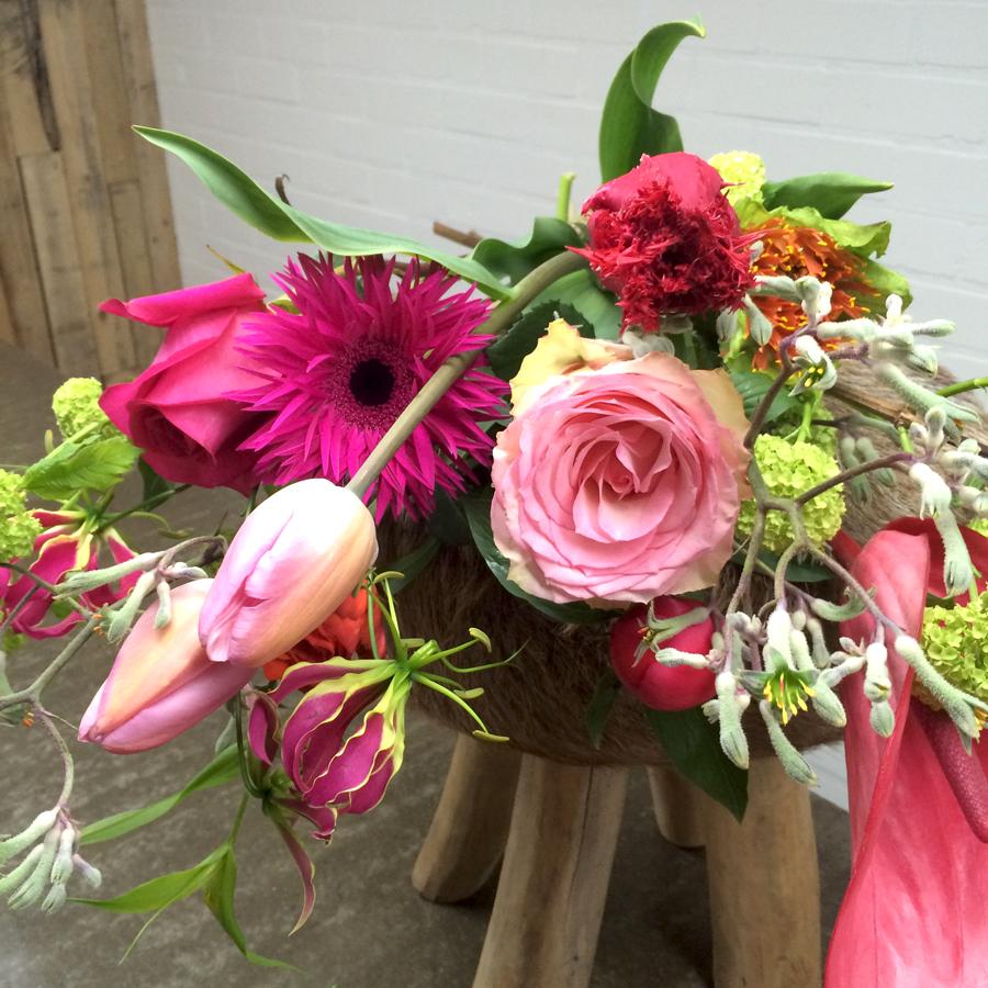 Felrose gerbera's en zachtrose tulpen in een gemengd voorjaarsboeket