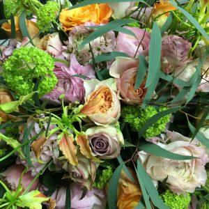 Bloemen bij een afscheid | Lente rouwarrangement in zachte pasteltinten
