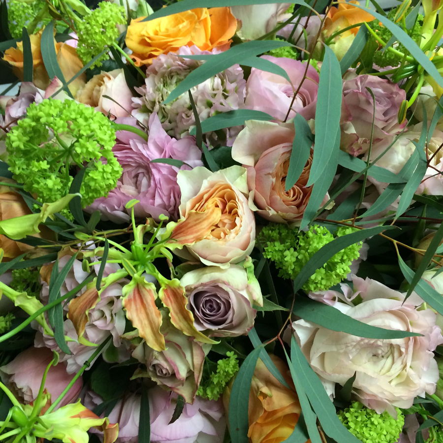 Bloemen bij een afscheid   Lente rouwarrangement in zachte pasteltinten
