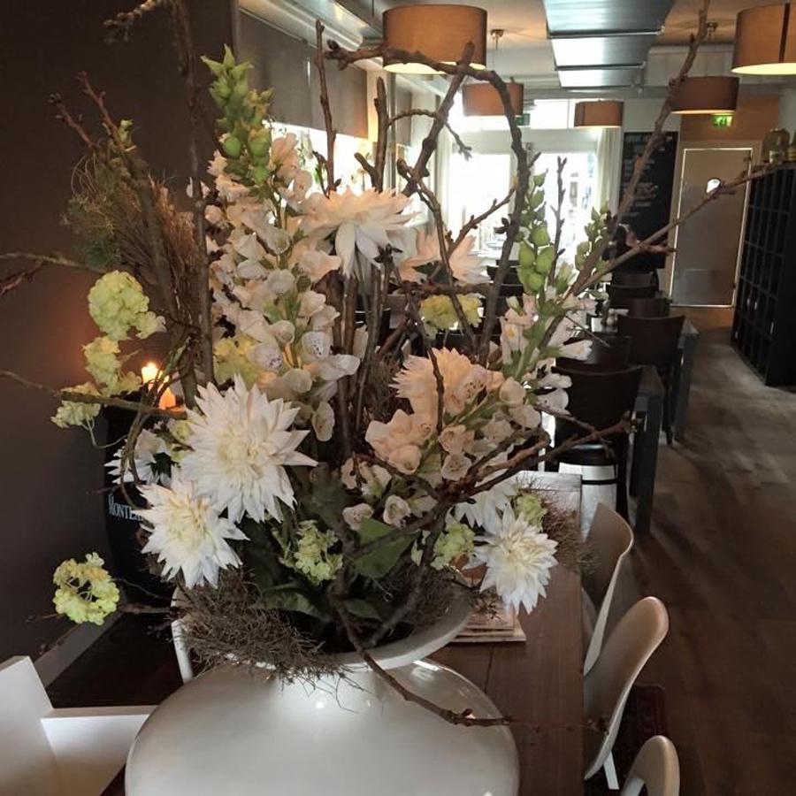 Bloemen op de stamtafel   Brasserie Martins