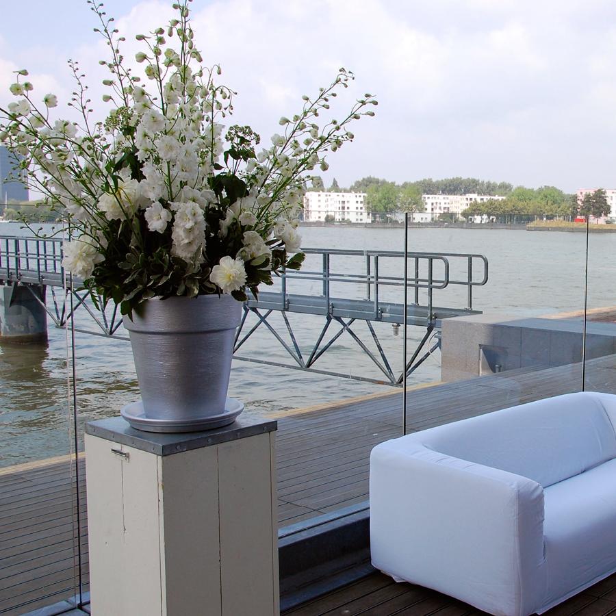 Bloemen en events   Muziektheater decoratie in wit