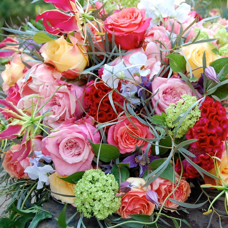Bloemen bij een afscheid   Voorjaarsarrangement veelkleurig rouwstuk