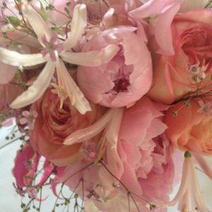 Zacht rose bruidsboeket met pioenrozen