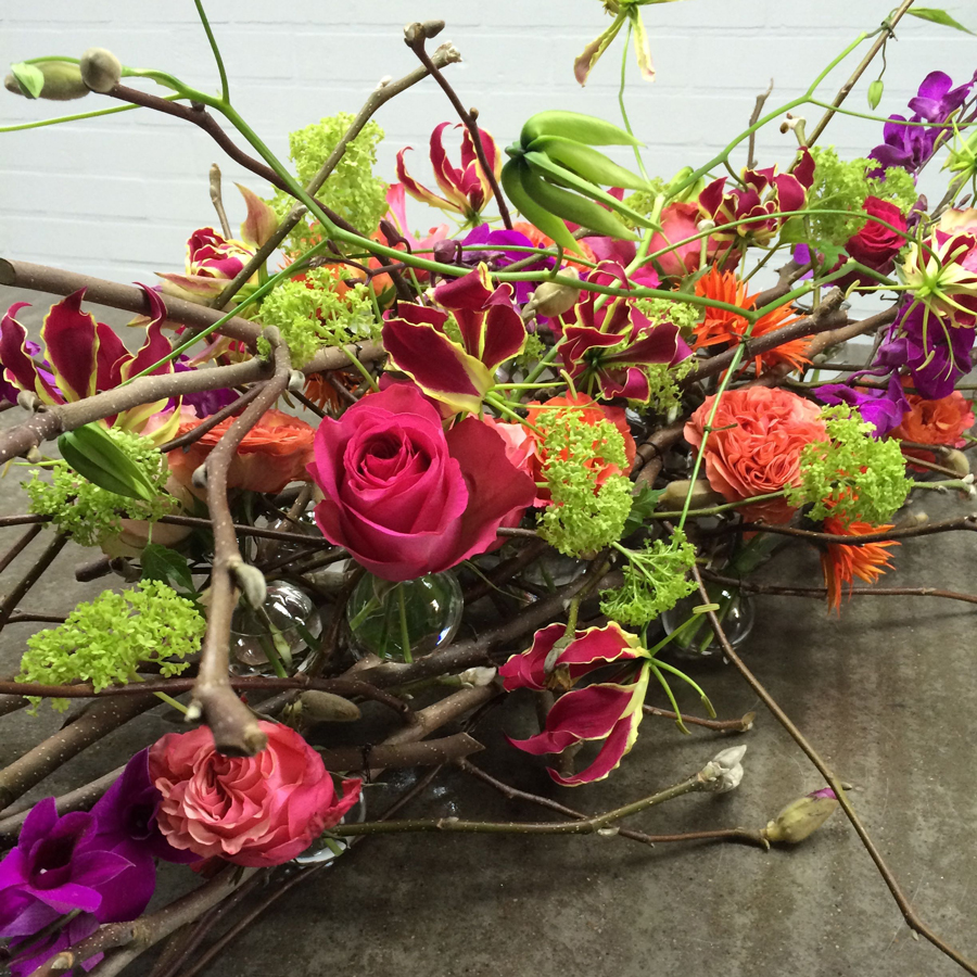 Bloemen bij een afscheid   Rouwarrangement op basis van magnoliatakken