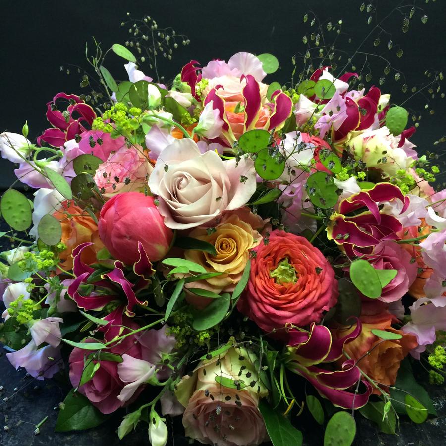 Bloemen bij een afscheid   Rond rouwarrangement met judaspenning