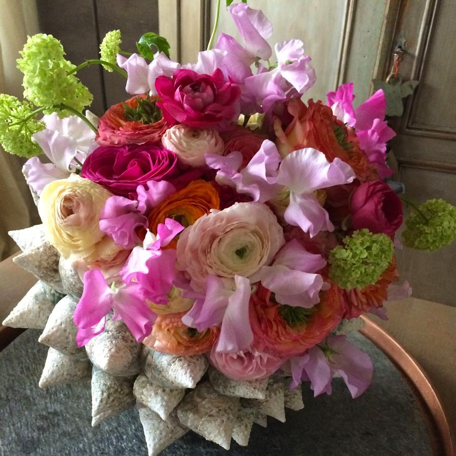Bloemen in je huis | Schelpenvaas met ranonkels en latyrus