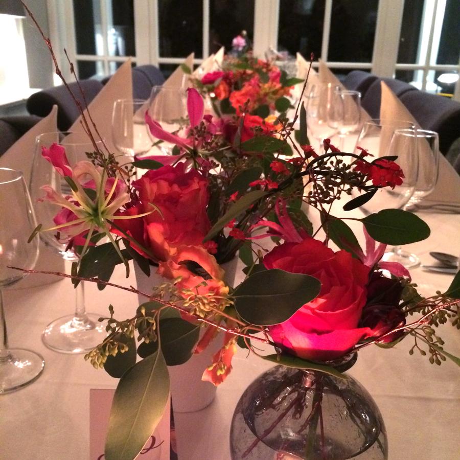 Bloemen en events   Tafeldecoratie in rood voor diner