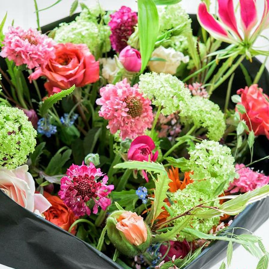 Prachtige voorjaarsbloemen in een uitbundig boeket