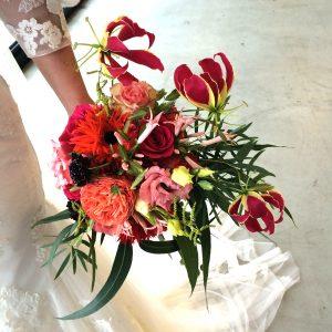 Rood winter bruidsboeket met eucalyptus en gloriosa