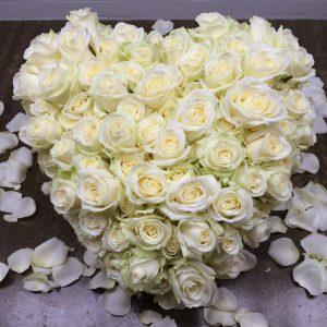 Bloemen bij een afscheid | Hart van witte rozen - Rouwstuk