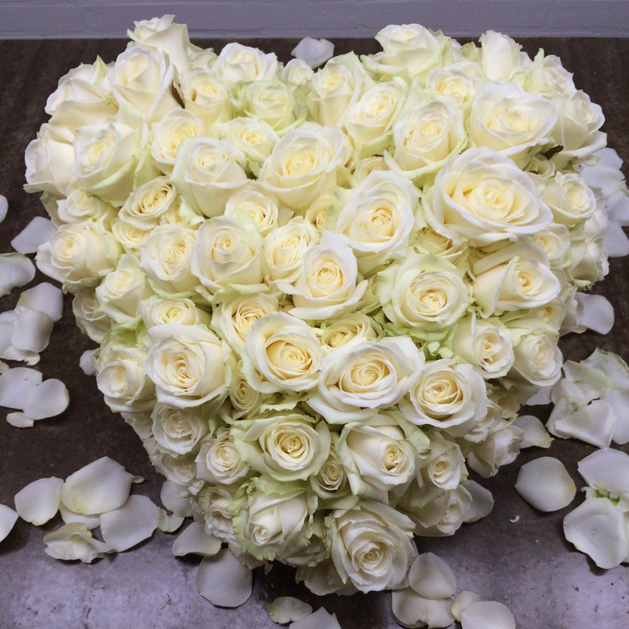 Bloemen bij een afscheid   Hart van witte rozen - Rouwstuk