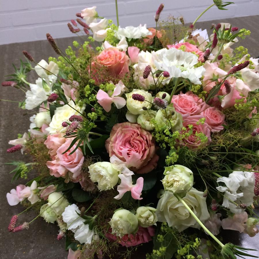 Bloemen bij een afscheid   Wit-rose rouwstuk met rozen