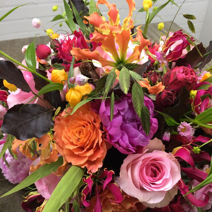 Bloemen bij een afscheid   Rouwarrangement rose rozen