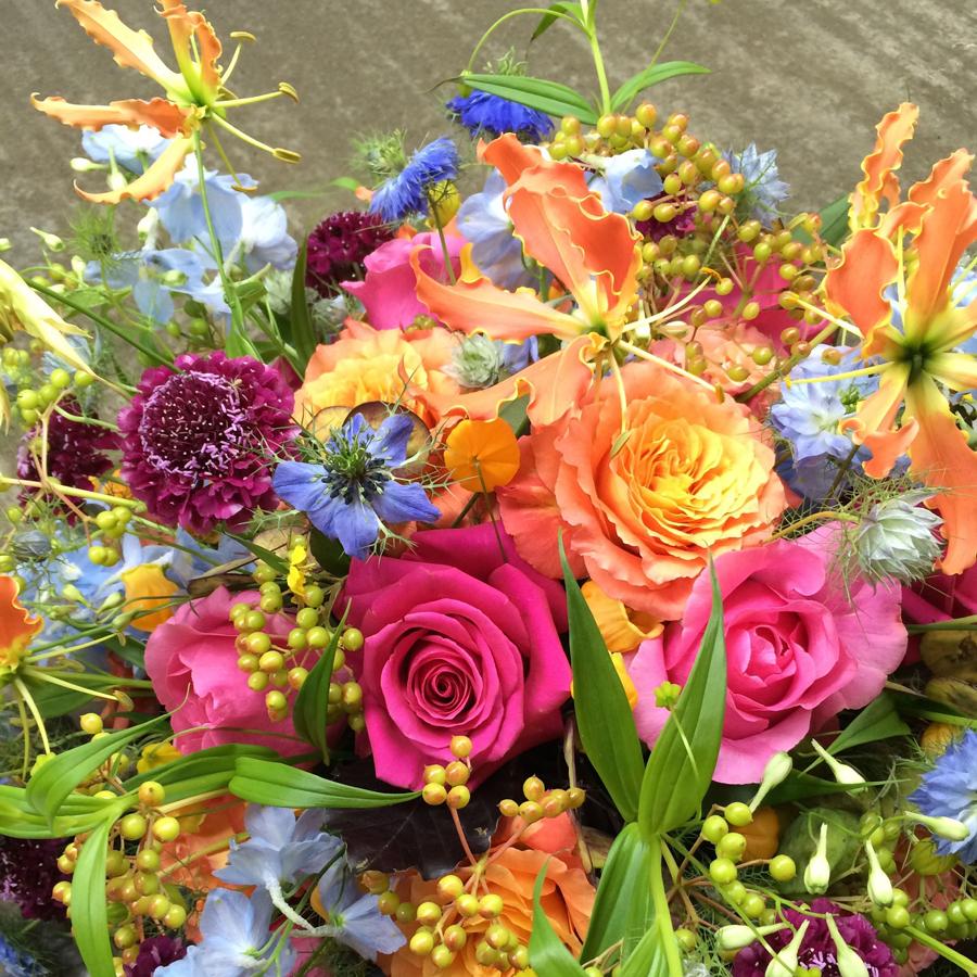 Bloemen bij een afscheid   Rouwstuk met rozen en korenbloemen